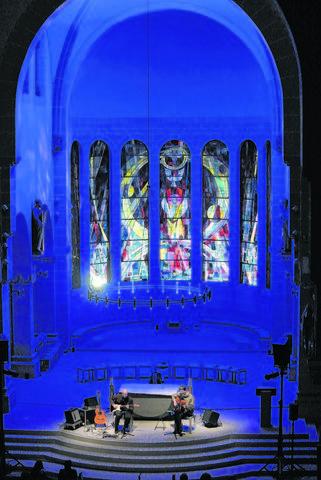 Sie sind ein eingespieltes Duo: Gregor Linßen (rechts) und Martin Weiß musizierten am Mittwochabend auf beeindruckende Weise in der Dreifaltigkeitskirche, die zu diesem Anlass besonders illuminiert wurde. © privat